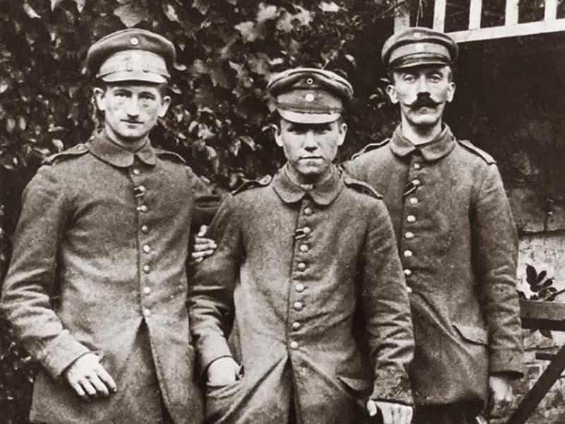В период 1911 года у него умерла близкая родственница, которая отписала на него огромную часть своего состояния
