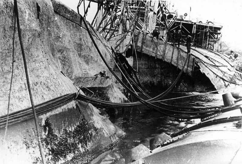 Когда была 36-я годовщина гибели «Новороссийска», установили доски, где написали фамилии всех моряков, погибших в тот день