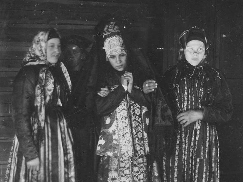 Девушка, которая уже вышла замуж, покрывала голову специальным убором