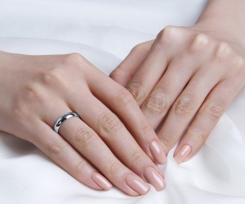 Православные девушки носили на безымянном пальце правой руки обручальное кольцо.