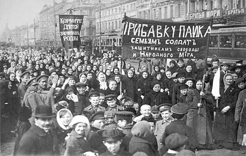 В 1917 году царская власть стала стремительно терять свой авторитет.