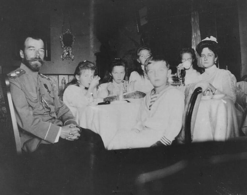 Николай, Александра и их дети плечо к плечу встретили свою смерть в Екатеринбурге.