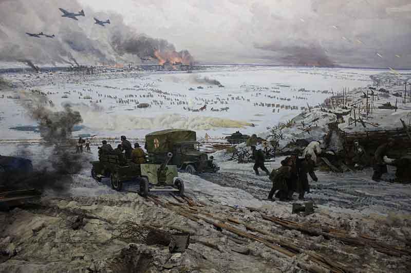 Новые попытки прорыва в 1942 году  В следующем году русские солдаты устранили фашистов под Тихвином, отбросив их за реку Волхов
