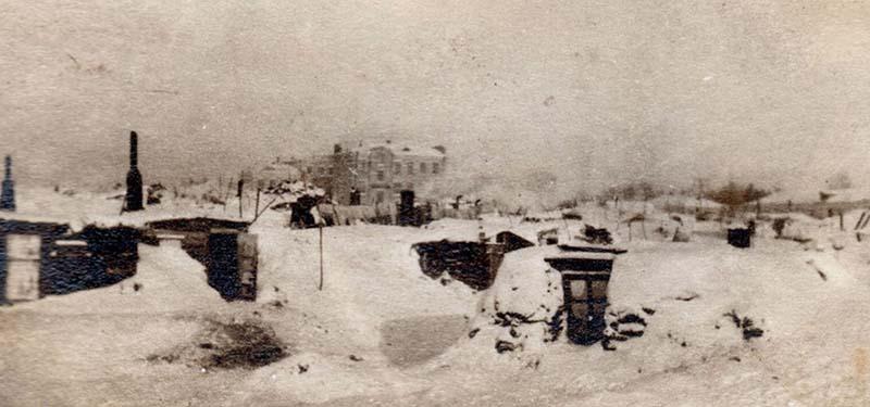 в колхоз Далдыкум, мать Тухачевского и еще несколько женщин расположили в землянке.