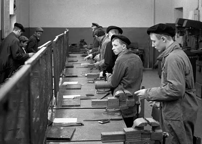 С 1948 по 1953 годы молодых людей также призывали в школы ФЗО, то есть фабрично-заводского производства.