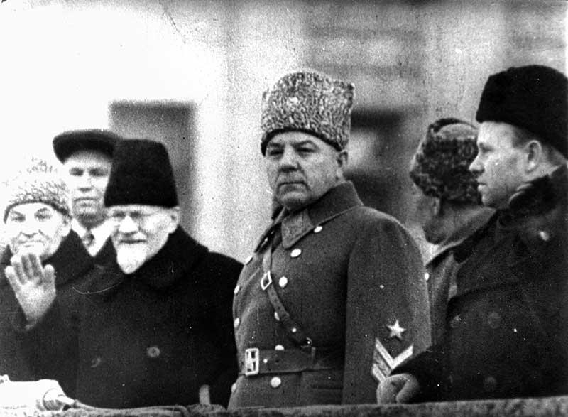 Климент Ворошилов был настроен против, считая, что праздник не соответствует историческим датам.
