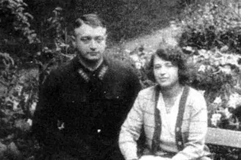 Михаил Тухачевский на момент женитьбы с Марией уже состоял в партии, перед ним открылось множество возможностей