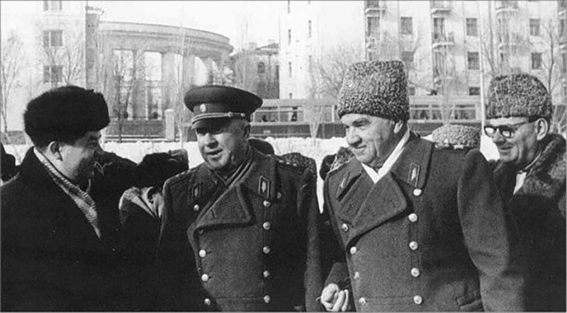 в источниках пишут, что требование об упразднении формы связано с тем, что офицерам Жукова надоело постоянно отдавать честь госслужащим.