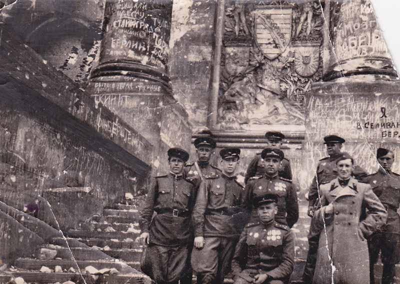 Во время ВОВ русские солдаты активно запасались оружием, боевой техникой.