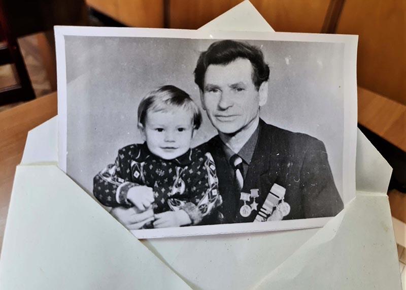 Героя Советского Союза Бориса Шмелева, который переехал в Таджикистан из Ленинграда, ежегодно поздравляли с Днем Победы, приглашали на праздничные мероприятия и вручали медали.