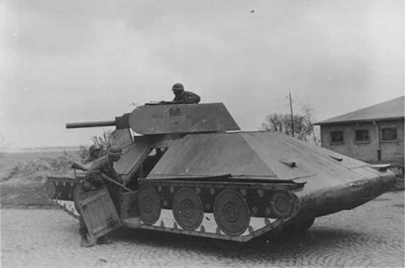 Советские власти поняли, что фальшивая техника отлично подходит для создания иллюзии присутствия танков в нужных местах