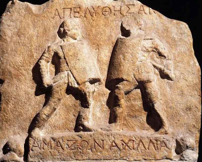 На ее поверхности изображены две женщины-гладиаторши