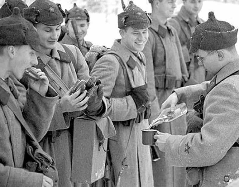 Летом 1941-го года Госкомитет обороны СССР постановил: выдавать водку на снабжение в рядах действующей армии Советского Союза.