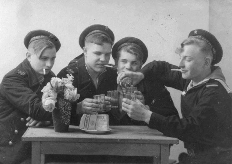 Если в 1938-м году военное руководство Красной армии всячески боролось с проявлениями пьянства среди солдат и командиров, то военное лихолетье внесло свои коррективы.