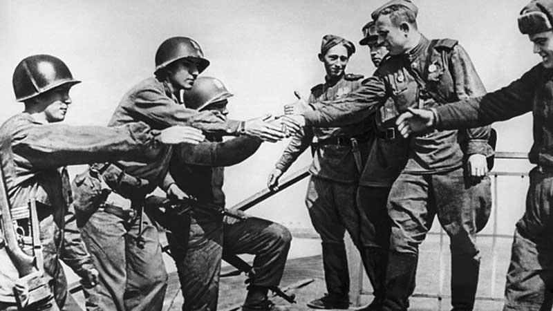 В апреле 1945-го года состоялась знаменитая встреча советских красноармейцев и американских солдат на берегу реки Эльба