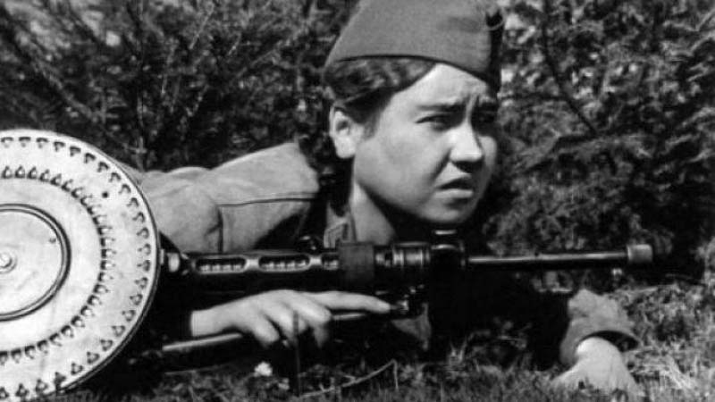 Маншук Маметова — пулеметчица