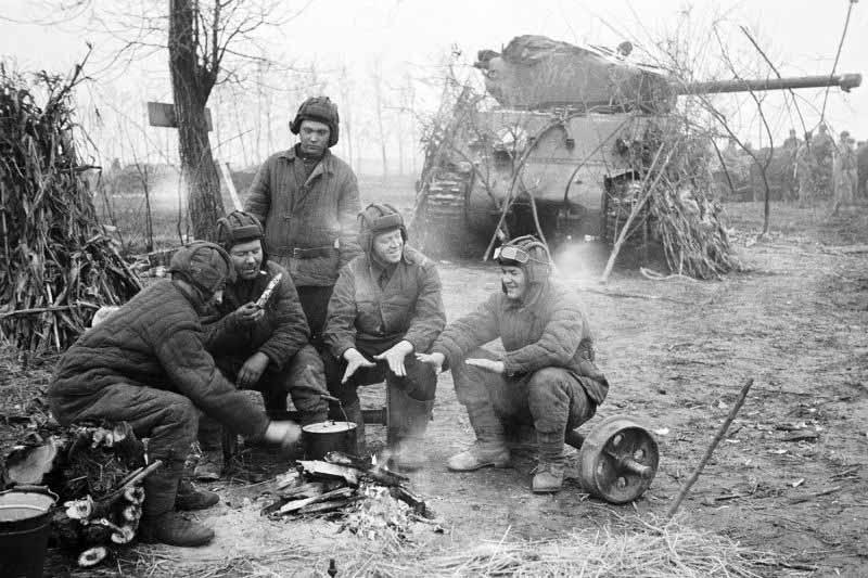 Если бой завершался успешно, и немецкие позиции были захвачены, то бойцы Красной Армии обследовали вражеские блиндажи и траншеи, собирали трофеи.