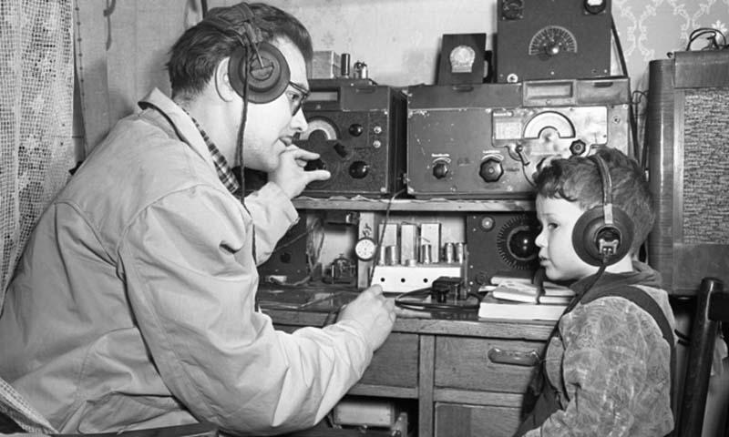 В 1960-1970-х годах в Советском Союзе, как грибы после дождя, стали плодиться любительские радиостанции, собранные умелыми руками рядовых граждан.