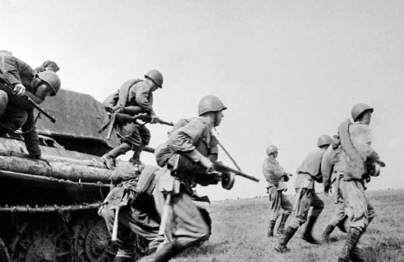 В условиях фронта, особенно в первый период ВОВ, в красноармейских рядах самым применяемым видом наказания за трусость в бою и дезертирство был расстрел на глазах у сослуживцев.