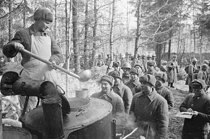 Уже с первых дней войны советские власти начали вести учет продовольствия для целесообразного распределения продуктов