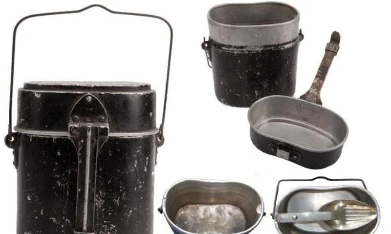 А в 1936-м году советские бойцы уже могли воспользоваться новой моделью походной посуды из алюминия, на этот раз заимствованной у европейцев продолговатой формы.