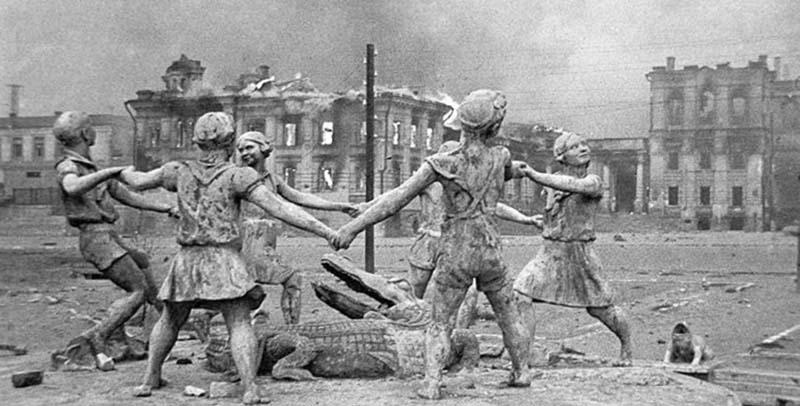 К несчастью, не всех жителей Сталинграда удалось эвакуировать из города, когда началась осада.