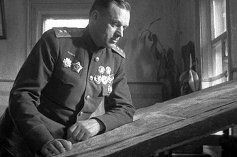 от доносчиков Рокоссовского решили отстранить от должности командира, а потом и вовсе исключили изпартии, уволили из вооруженных сил и арестовали