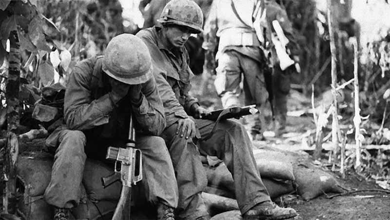 В годы Вьетнамской войны США стал жертвой журналистов. Американцы видели войну на своих экранах, что вызывало массу протестов.
