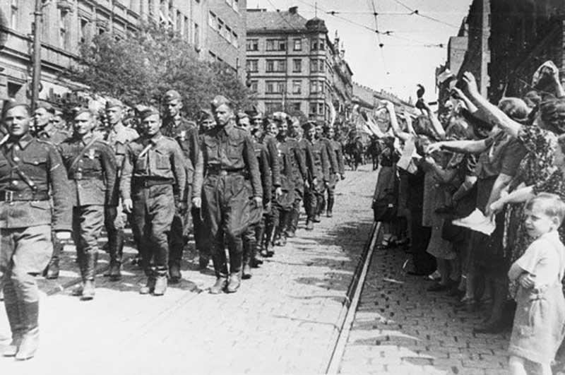 Чехословакия вступит в СССР или Словакия отдельно станет частью Советского союза.