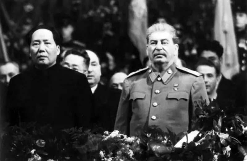 Между Сталиным и Чаном Кайши был оформлен договор о совместном пользовании Порт-Артуром и железными дорогами в течение 30 лет.