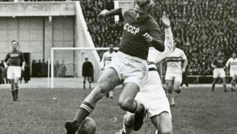 Уже в 17 лет Стрельцов стал членом сборной страны, где на первом же матче забил три гола.