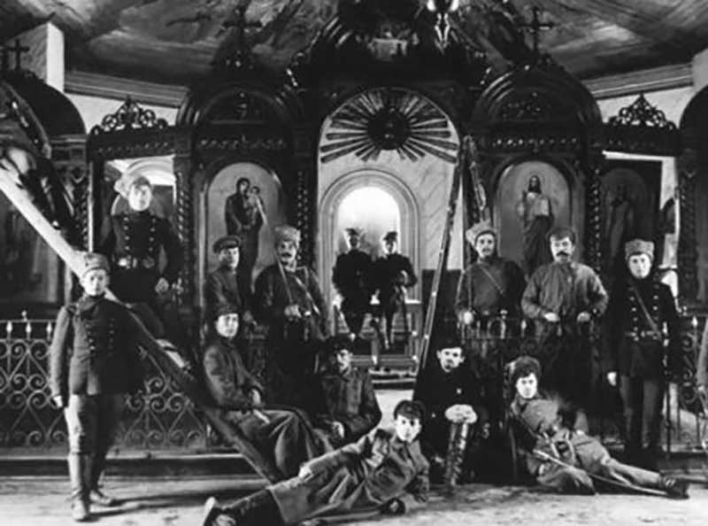 В дореволюционной стране было семьдесят восемь тысяч православных церквей и двадцать пять тысяч мечетей.