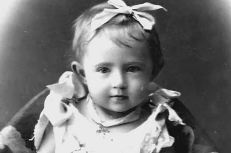 По одной версии, Софья родилась в 1895 году в многодетном семействе цирюльника. Когда родители умерли, ей было всего 4 года