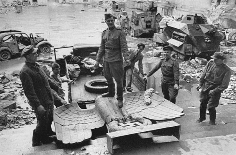 После поражения Германских войск во Второй мировой войне солдаты Красной армии начали вывозить из оккупированных территорий множество трофеев