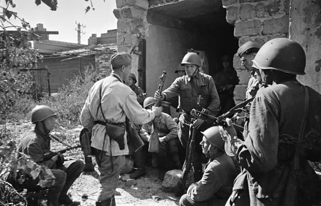 Почему же немцы и красноармейцы по-разному носили кобуру