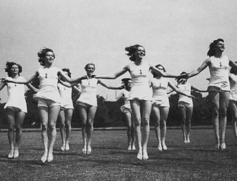С 1939 года всех девушек, которым исполнилось 25 лет, и, если при этом они не состояли в браке, обязывали работать на благо Родины.