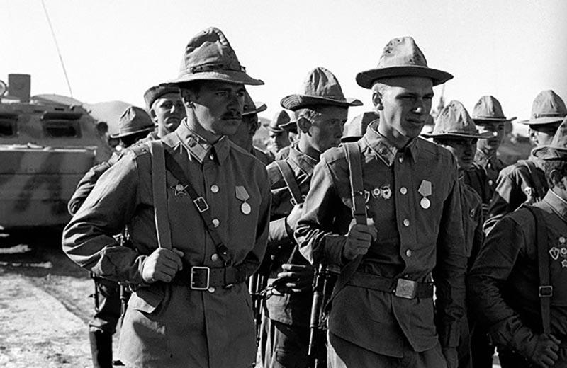В 1979 году советские власти ввели войска в соседний Афганистан для избежания гражданской войны.