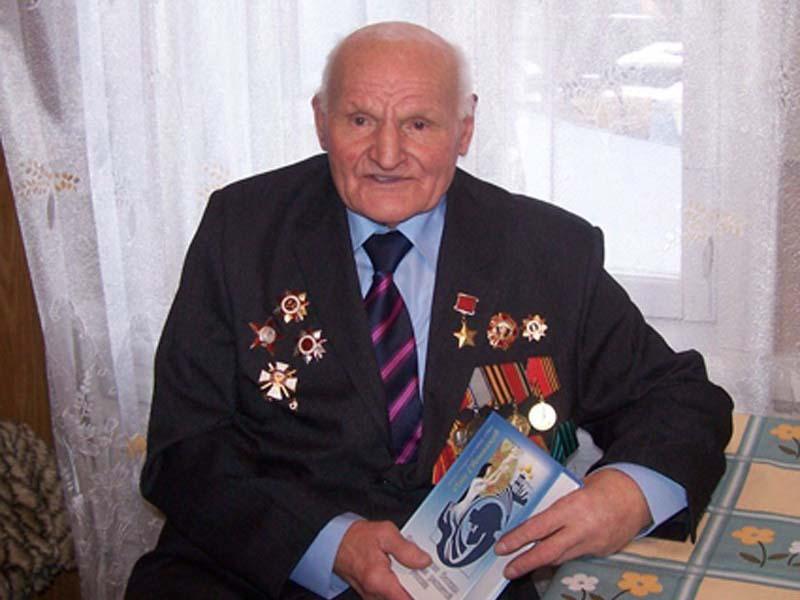 Первая медаль Александра Ивановича была «За отвагу», а спустя месяц ее дополнил орден Красной Звезды.