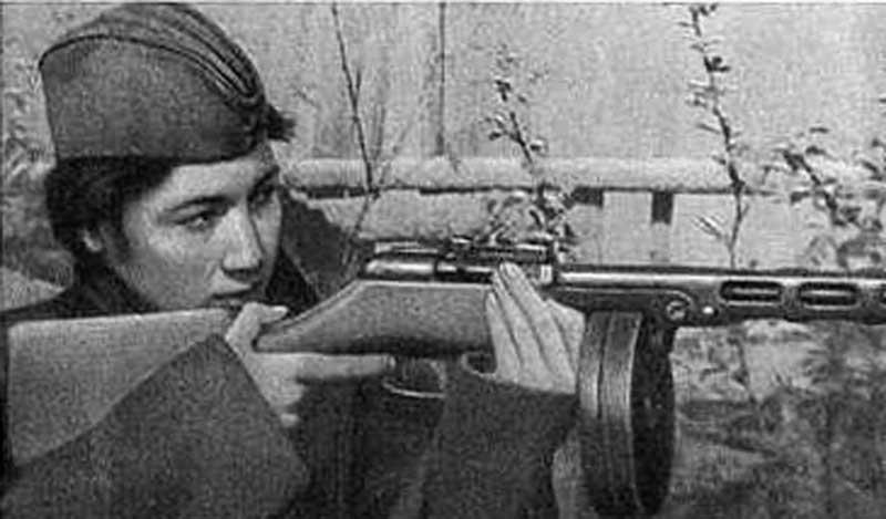 Примером, который еще часто приводили всем после войны, стала юная Зиба Ганиева, уничтожившая более 130 немцев и значимая сразу в 3 должностях: радистка, разведчица и снайпер.