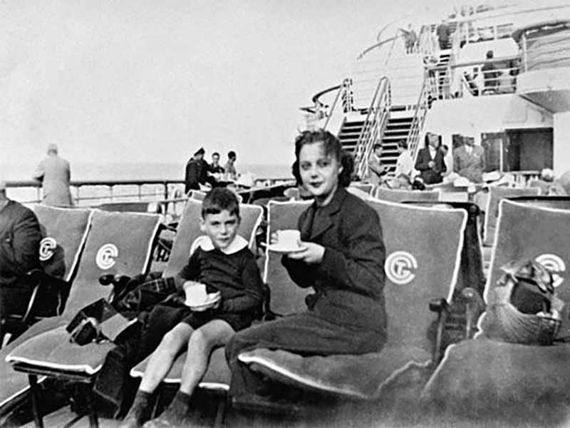 Позднее Познер-старший обосновался в Париже с супругой и детьми. Там он прошел учебу в лицее и университете.