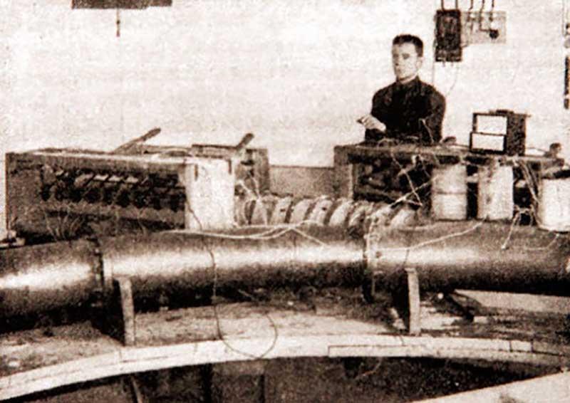 Модель, которую построил Борис Вейнберг, весила 10 килограммов и была выполнена из трубы из железа, оснащена задними и передними колесами