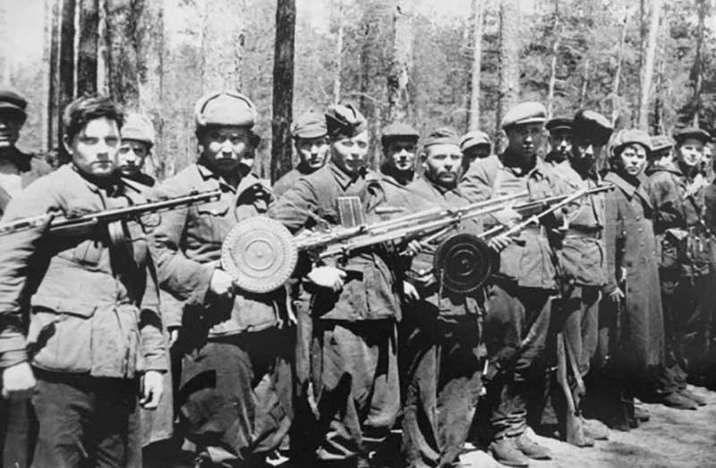 В период ВОВ партизаны часто применяли самодельные пулеметы и пистолеты.
