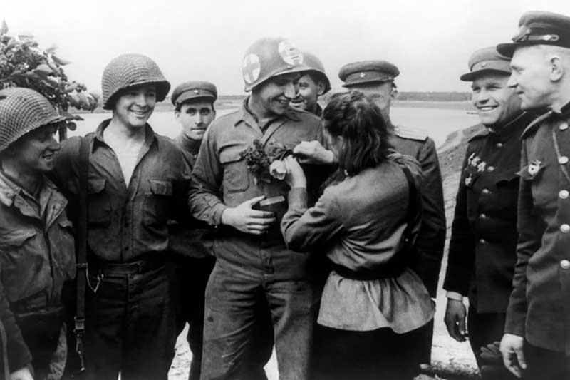 При возникновении сомнений американцу рекомендовалось проверить солдатскую книжку бойца.