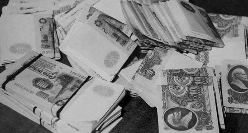 Феликсу удалось проникнуть в хранилище и вытащить оттуда деньги общим весом в тридцать килограммов