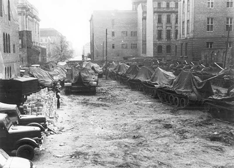 Танкисты Советского Союза и Соединенных Штатов Америки простояли весь день и ночь и ждали, когда дадут приказ на открытие огня.