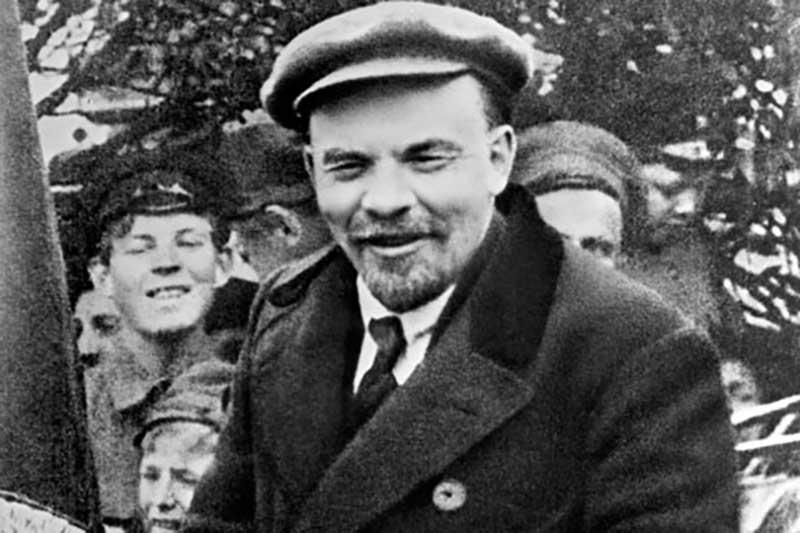 Несмотря на такую позицию Ленина, власти все же издавали законы и вели дела исключительно на русском языке.