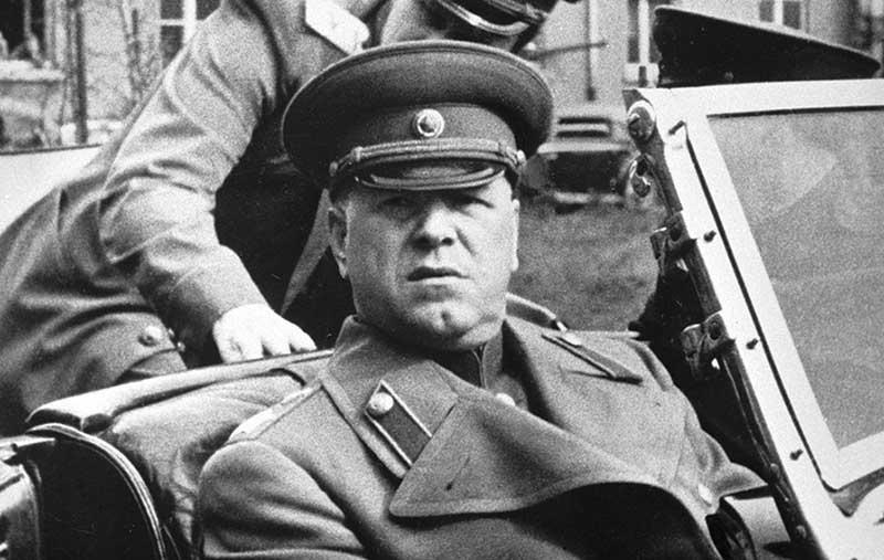 икто не мог упрекнуть маршала Жукова в том, что он хотел стать угодным высшим начальникам и заискивал перед ними,