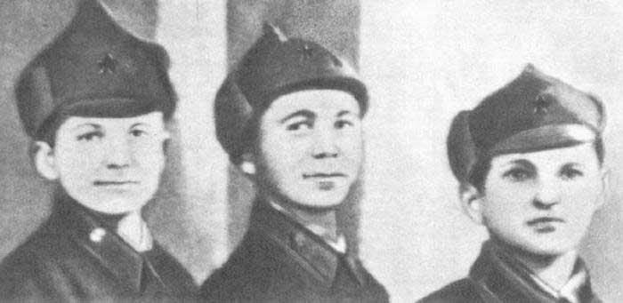 1939 году они приехали в Брестскую крепость, чтобы парнишка там осваивал очередную музпартию, посещал уроки, стал наиболее дисциплинированным