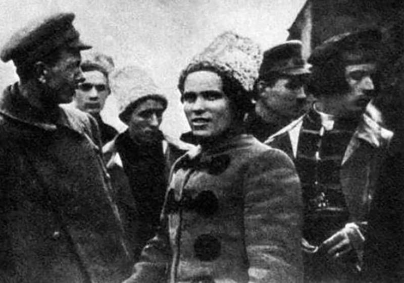 Нестор Махно, «зеленый» командир, участвовал в анархистской группе и был каторжником по политическим мотивам.