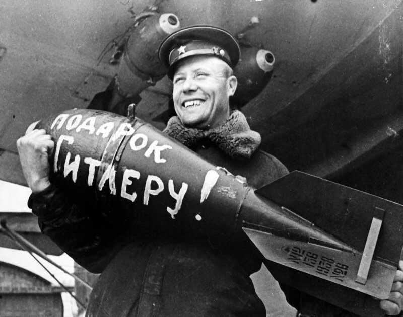 «послания» советских военных, написанные на боевых снарядах и военной технике.
